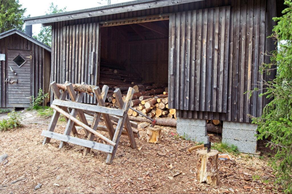 Halkoliiteri, josta polttopuut täytyy tehdä rungoista itse käsisahalla ja kirveellä