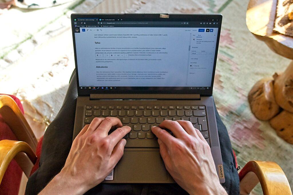 Lenovo Yoga Slim 7 mahtuu hyvin syliin, ja suurikätinenkin kuten minä voi kirjoittaa sillä vaivatta.